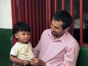 Bauer Miguel kümmert sich um die Kinder der Mitarbeitenden